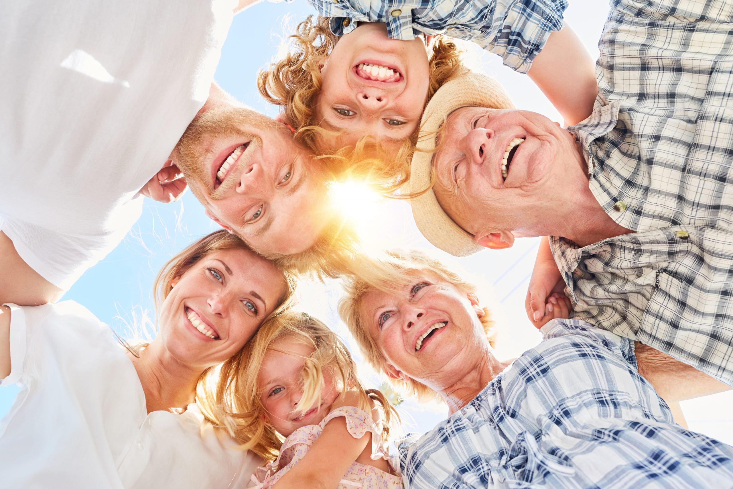 Glückliche große Familie mit Kindern im Sommer