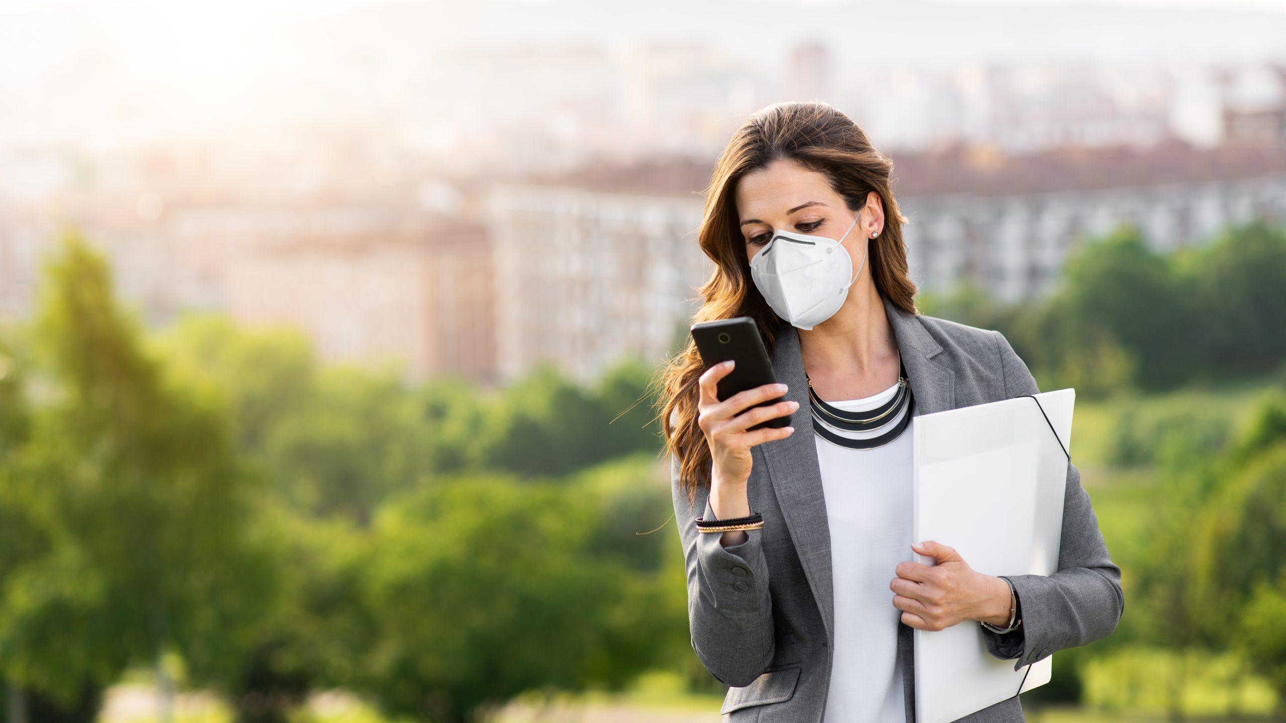 Junge Geschäftsfrau mit FFP2-Maske